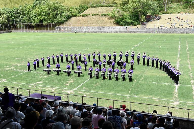天理教校学園高等学校のマーチングバンドが演奏している様子