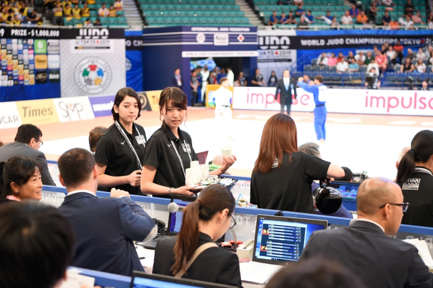 世界柔道2019場内で通訳する天理大学生達の様子